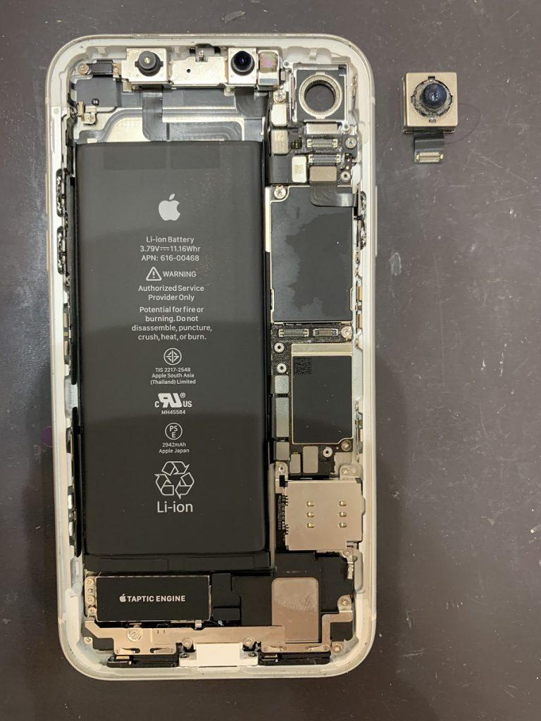 iPhoneXR 分解中 カメラ取り外し