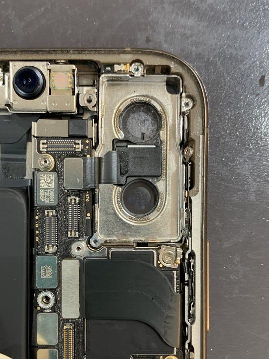 iPhoneXSMax カメラレンズ 裏側から ホコリまみれ